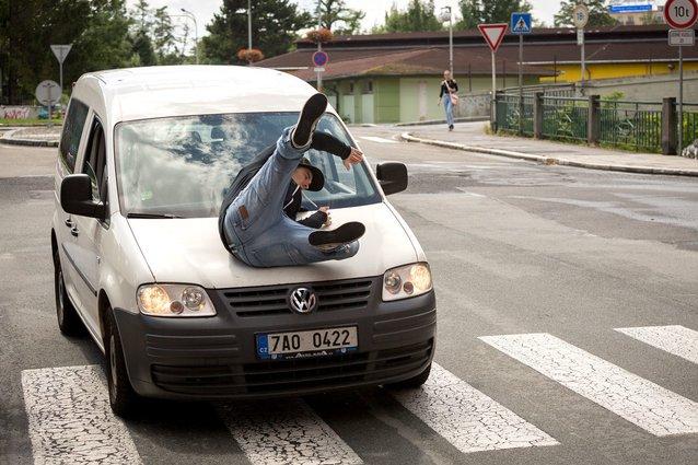 Karviná: Auto srazilo ženu mimo přechod pro chodce. Nepřežila.