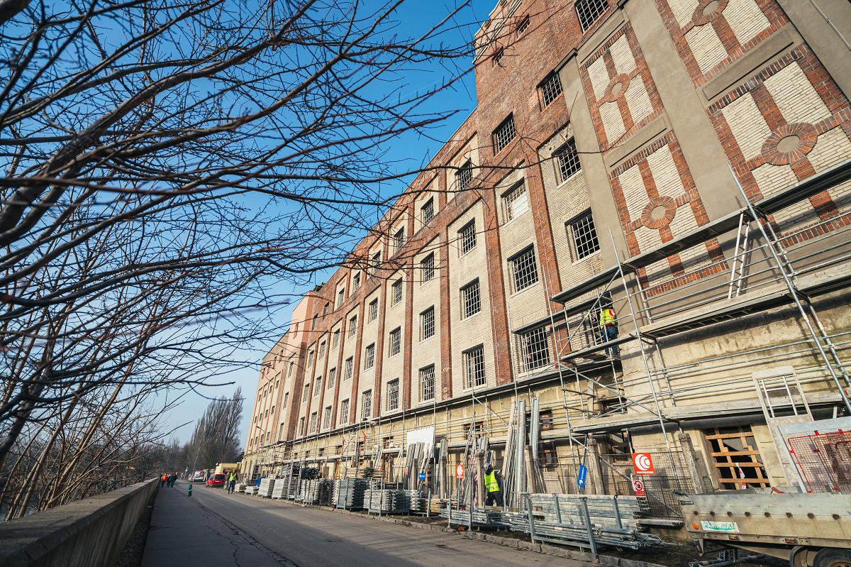 Na Automatických mlýnech je hotová nábřežní fasáda nejstarší budovy