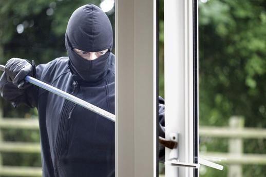 Policie: Starší hlídal, mladší, štíhlejší, kradl