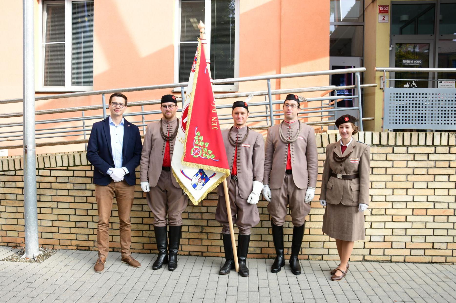 Před krajským úřadem opět vlaje sokolská vlajka