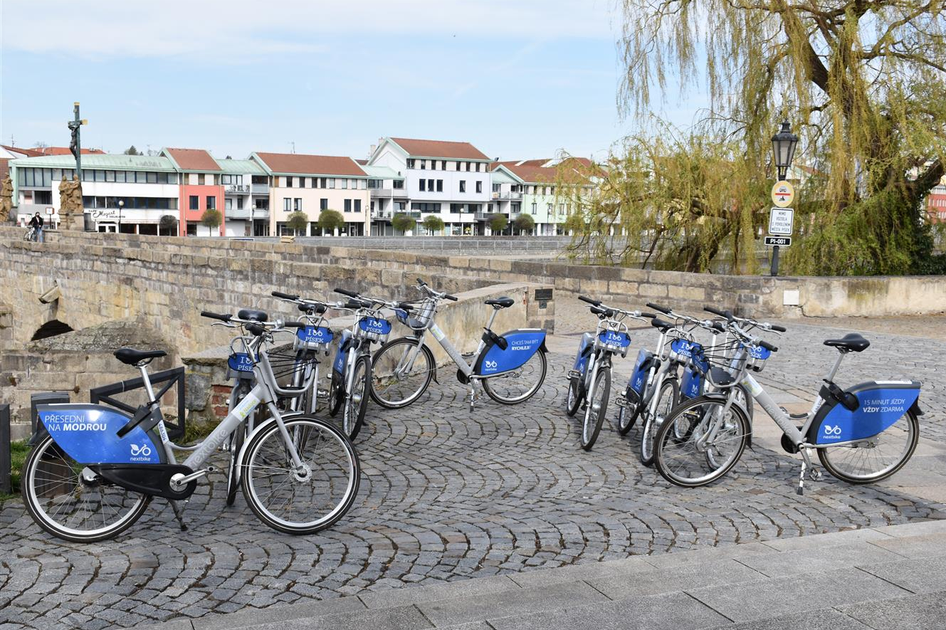 V ulicích Písku je už možné jezdit na sdílených kolech