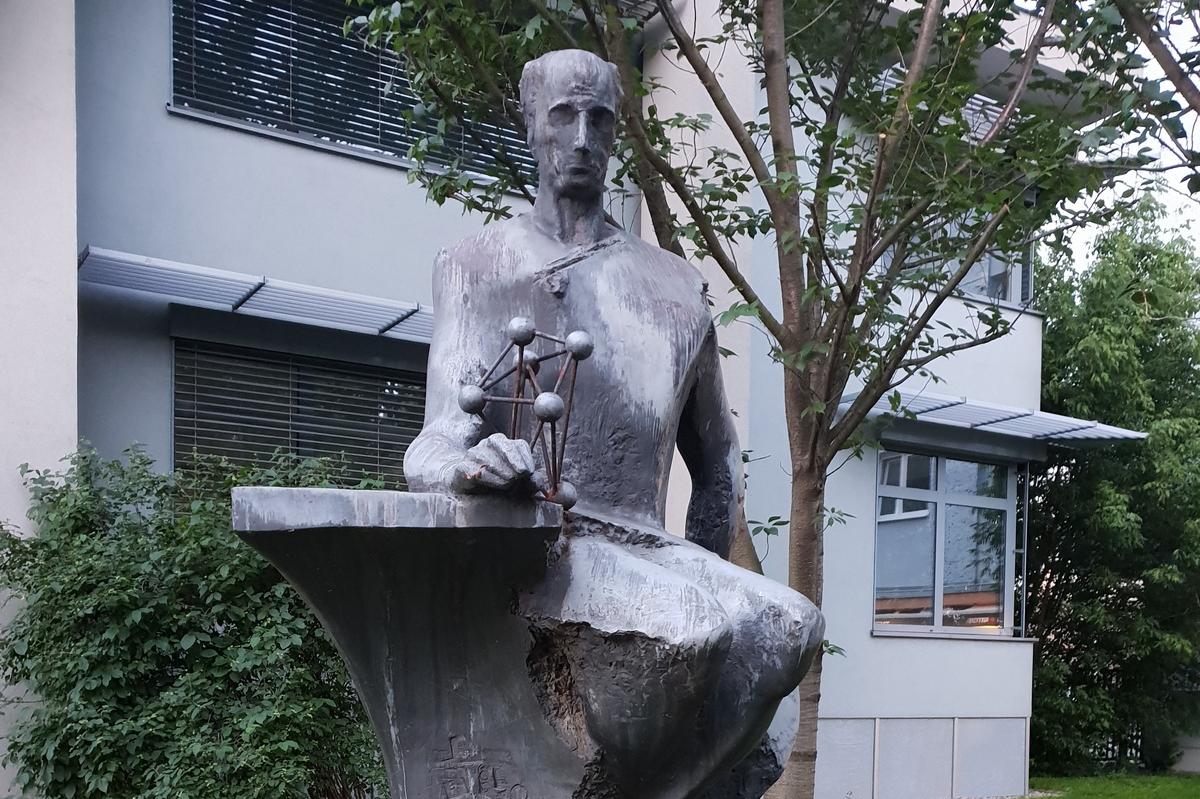 Fakulta chemicko-technologická získala od města sochu chemika